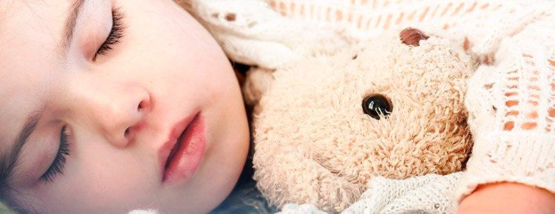 Dormir con peluche personalizado